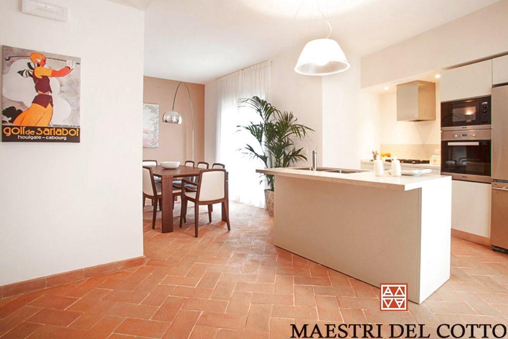 Arredamento con pavimento in cotto for Pavimenti per salone