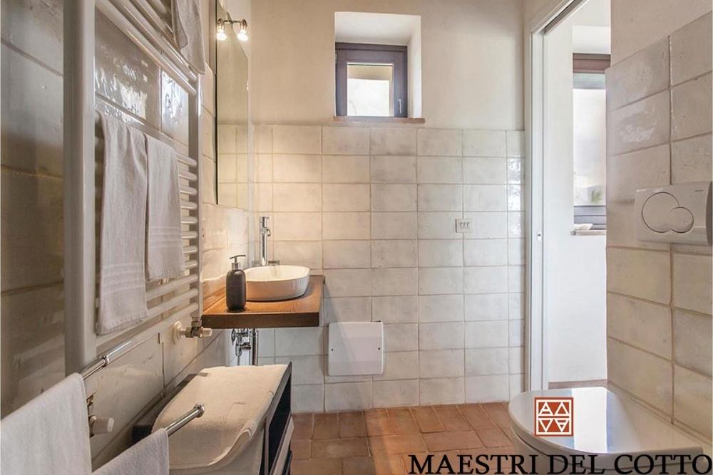 285ac50cb5 Rivestimento per bagno in cotto artigianale