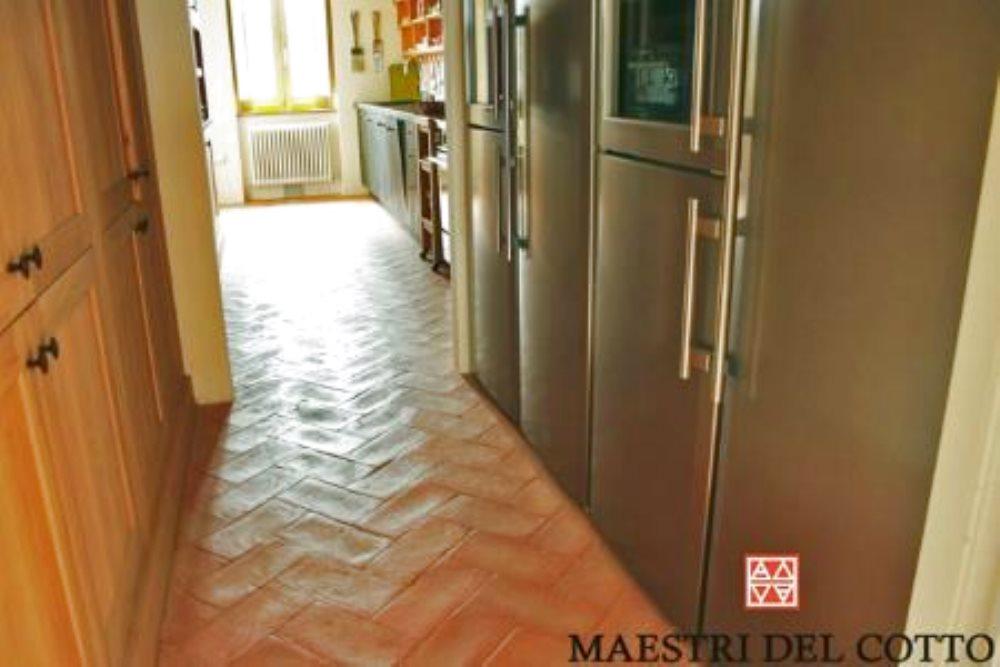 Pavimento in cotto arredamento moderno citt della pieve for Arredamento moderno su pavimento in cotto