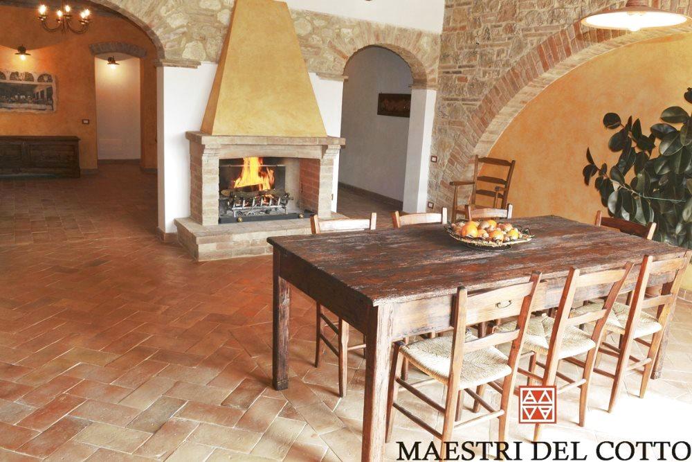 Pavimenti in cotto per cascine e casali cotto anticato for Pavimenti per salone