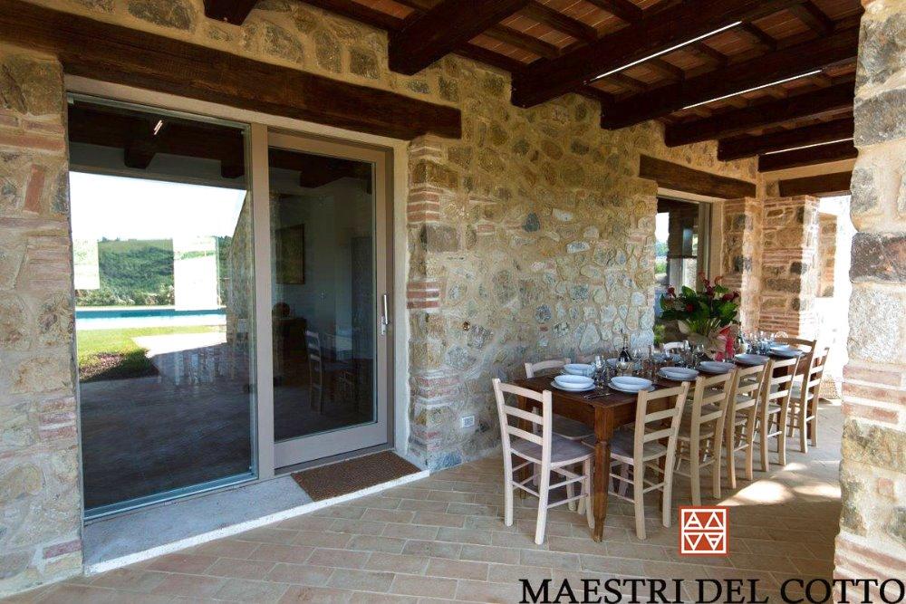 Pavimento in cotto per portici e marciapiedi maestri del cotto for Piani casa di campagna con avvolgente portico